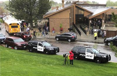 En este caso, a los niños del jardín de infantes se les dijo, aprovechando la situación climática sobre Denver, que no podían salir de su escuela por la tormenta eléctrica.