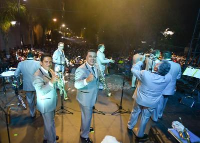 Los integrantes de la Internacional y Única Sonora Santanera lucieron trajes grises; aparte de tocar sus instrumentos, bailaron bien 'guapachosos' durante casi dos horas.