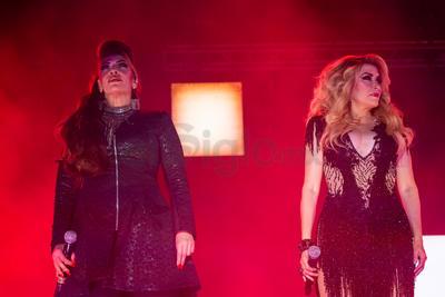 La luz pegó directo hacia ellas y dejó ver la silueta de las cantantes.