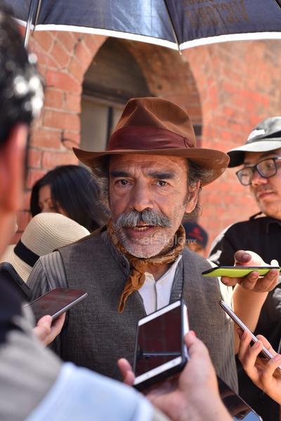 Damián Alcázar se encuentra en la Comarca Lagunera porque su personaje es parte fundamental de la película Poderoso Victoria, que se filma en el Puente de Ojuela en Mapimí.