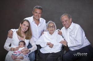 10052019 Fotografía familiar, en la que aparecen la más pequeña, de tres meses de edad, María García Veloz en brazos de su mamá, María Fernanda Veloz García, Lic. Ubaldo Alejandro Veloz Márquez, la matriarca de la familia, doña Felisa Obregón Hinojo, Vda. de Veloz, y su hijo el Arq. Ubaldo Veloz Obregón.- Sosa Ernesto