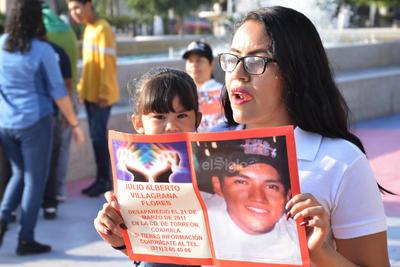 Se organizaron con pancartas y fotos de sus familiares.