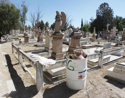 Antes del medio día, un niño limpiatumbas había ganado 250 pesos, ya que no hay un cobro exacto por limpiar la tumba.