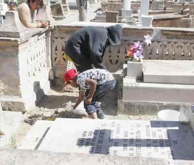 El lugar también en un centro de trabajo para cientos de personas que se dedican a musicalizar el encuentro entre los vivos y los muertos, o aquellos que se encargan de limpiar las tumbas.