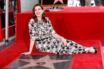 La actriz estadounidense Anne Hathaway recibe la 2,663a estrella en el Paseo de la Fama de Hollywood en California, EE. UU.