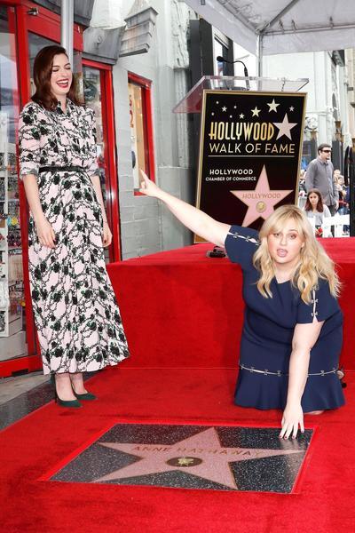 Anne Hathaway recibe estrella en el Paseo de la Fama de Hollywood