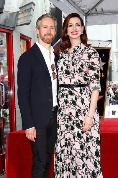 Anne Hathaway y su esposo Adam Shulman.