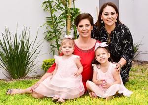 Acompañada de su hija, Claudia Gutiérrez de García, y sus nietas, Andrea y Natalia