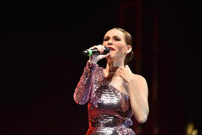 Kika tomó el micrófono y con su potente voz sorprendió al respetable con las melodías Fallaste corazón y Piensa en mí.