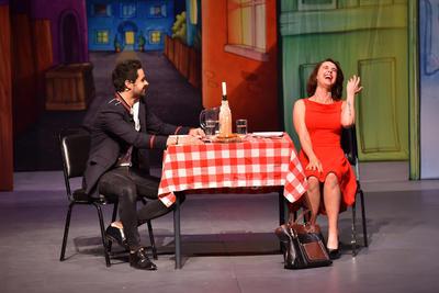 La puesta en escena avanza a medida que Samantha y Max tratan de esclarecer por medio de sus diálogos los secretos que hay detrás de una relación estable.