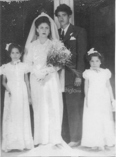 Año de 1945. Matrimonio de Alicia y José Maldonado acompañados de sus pajes Moni y Rosy
