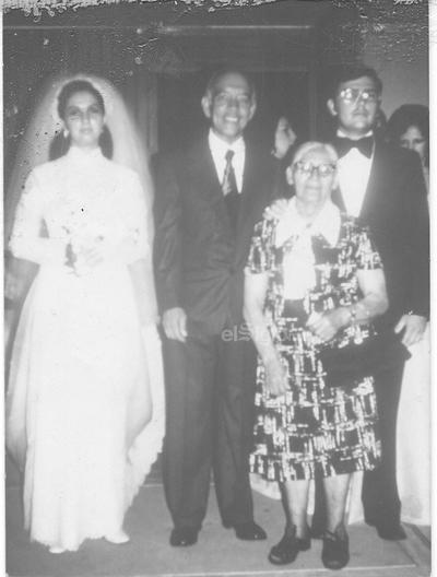 Sr. Manuel Valencia el día de su boda con la Sra. Cristina, los acompañan el padre Manuelito (f) y Francisca Ramos (f).