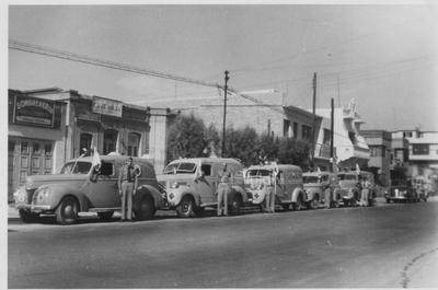 Ambulancias con que contaba la Cruz Roja en Torreón, en 1949, cuando estaba por la avenida Juárez entre las calles Comonfort y Francisco I. Madero.