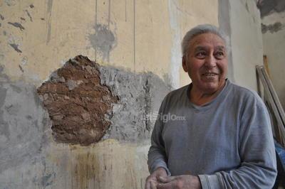 El maestro Román, albañil con vasta experiencia, trabaja en la restauración de la pared, que es una mezcla de madera, adobe, ladrillo y piedra del cerro de las Noas, por lo que se trata de muros gruesos y térmicos, una joya de la construcción.