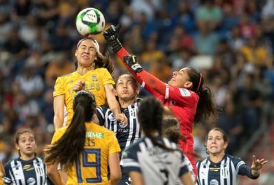 Intenso resultó el arranque del encuentro, luego que la delantera Blanca Solís llegó al área de las locales a los 30 segundos por el lado derecho y disparó a segundo poste, pero la pelota se fue por un lado.