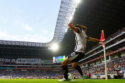Monterrey trató de adelantar líneas y hacer daño frente a la cabaña de las visitantes, y a los 41 minutos la delantera Desirée Monsiváis recibió pase filtrado y quedó sola frente la portera Ofelia Solís, pero su tiró se fue por un costado.