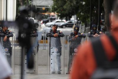Decenas de guardias nacionales y policías con escudos antimotines se apostaron en el lugar.