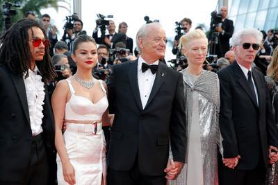 Los actores acompañaban a Jarmusch en la presentación de una comedia de zombies con mucho de denuncia social que ha inaugurado la 72 edición de Cannes y que compite por la Palma de Oro, pero robaron mucho del protagonismo al realizador con sus intervenciones.