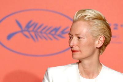 Cerca de él estaba Tilda Swinton, que bromeó al ser preguntada por el código de vestimenta para las mujeres en la alfombra roja de Cannes -'no sé cuál es, pero los hombres van muy bien vestidos'-, pero se puso más seria con el tema de la reivindicación femenina.