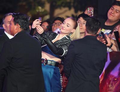 Con figuras coleccionables, pósteres y teléfonos celulares en mano, más de 300 seguidores esperaron con ansias la llegada de la actriz británica Sophie Turner y de la norteamericana Jessica Chastain, protagonistas de X-MEN: Dark Phoenix, que se estrena el próximo 7 de junio.