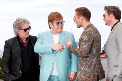 Junto a él posó el equipo de la película: los intérpretes Taron Egerton, Richard Madden y Bryce Dallas Howard y el director Dexter Fletcher.