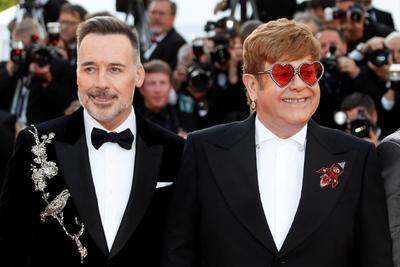 John llegó acompañado por su marido y productor del filme, David Furnish, con una chaqueta igualmente llamativa, en terciopelo negro con un adorno plateado.