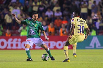 _CGR6341  QUERETARO, MEXICO - MAYO 16: Rubens Sambueza (I) del Leon y Renato Ibarra ( D) del America disputan el balon  durante el juego ida de las Semifinales del Torneo Clausura 2019 de la Liga Bancomer MX en el Estadio Corregidora el 16 de Mayo de 2019 en Queretaro, Mexico. (Foto: Cesar Gomez/JAM MEDIA)