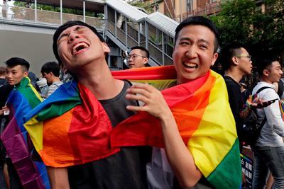 Miles de personas, incluyendo parejas homosexuales, se manifestaron bajo la lluvia en el exterior del parlamento.