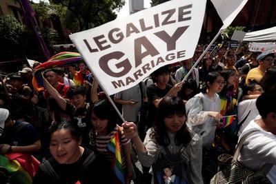 Reconoce las uniones homosexuales y da a estas parejas beneficios.