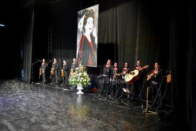 Tras la participación de Sifuentes y el grupo, tocó el turno a César Gabriel Franco, quien consiguió fuertes aplausos al interpretar Me sacaron del Tenampa y Leña de pirul.