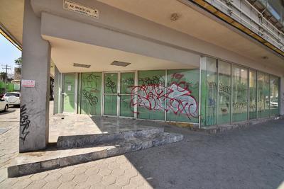Muchos de los edificios y casas ubicadas sobre la avenida se encuentran en malas condiciones, y además la mayoría cuenta al menos con un grafiti. (ERNESTO RAMÍREZ)