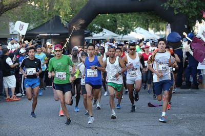 Con gran entusiasmo los corredores iniciaron desde las 7 de la mañana un desfile atlético por las principales calles del Centro Histórico