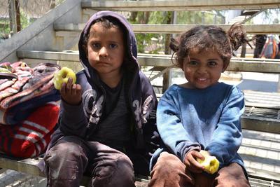 En los grupos de migrantes viajan niños y niñas que junto a sus padres, pasan hambre y se exponen a los riesgos de viajar en el techo de un tren.