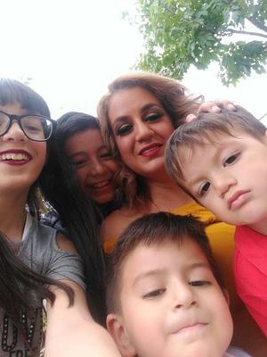 21052019 EN FAMILIA.  Claudia con Alison, Denzel, Daniel y Demián.
