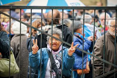 Varios grupos de personas tanto a favor como en contra de la expresidenta se reunieron en los tribunales.