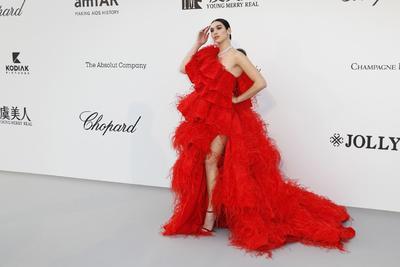 La cantante británica Dua Lipa posa a su llegada a la gala Cine contra el Sida.