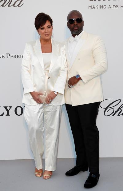 La personalidad estadounidense Kris Jenner  y su pareja, Corey Gamble.
