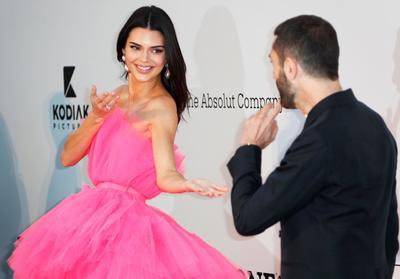 Kendall Jenner  y el diseñador italiano Giambattista Valli.