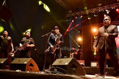 A las 9:00 de la noche, Inspector apareció en el escenario.