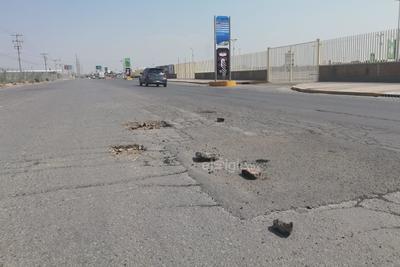 """El paso de vehículos acelera la destrucción de la carretera, y los daños resultan cada vez más evidentes y los """"parches"""" ya no son una solución."""