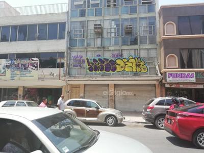 """Los grafiteros se las ingenian para cometer sus faltas, ya que hasta en segundos pisos se observan sus """"obras de arte,"""" como en esta imagen sobre la calle Falcón entre Juárez e Hidalgo."""