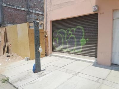 Esta malla metálica fue vandalizada por los grafiteros, y hasta tiempo se dieron para utilizar dos tonalidades de colores. Esta finca se encuentra sobre la calle Matamoros, casi esquina con Blanco; los vecinos piden mayor vigilancia por las noches.