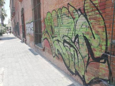 En este edificio donde se ubican las oficinas donde expiden las tarjetas del servicio de autobús, ya se observan unas pintas de lado de la calle Falcón, pero también por la Matamoros tienen rayas.
