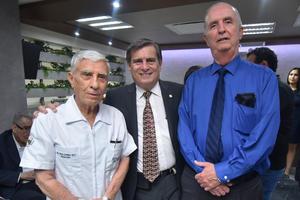 27052019 DISFRUTAN UNA RICA COMIDA.  Paty, Adrián y Sebastián.
