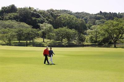 Durante su viaje, jugó golf.