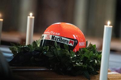 En la capital austriaca, donde nació el 22 de febrero de 1949, Niki, tres veces campeón de la F1, recibió el último adiós de diferentes personajes, como los expilotos Alain Prost y Gerhard Berger; Alexander van der Bellen, presidente de Austria; el extenista Boris Becker, y los actores Daniel Bruhl y Arnold Schwarzenegger.