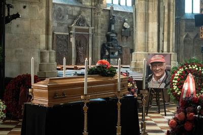 Dan último adiós a Niki Lauda; celebridades se hacen presentes