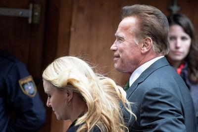 El actor estadounidense de origen austriaco Arnol Schwarzenegger llega acompañado de Heather Milligan.