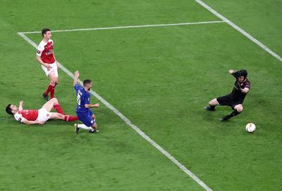 El belga marcó el tercer gol desde el punto de penalti después de que Giroud fuera derribado en el área tras recibir un pase de Pedro.