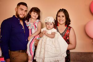 30052019 DOBLE FESTEJO.  Luciana Betancourt López con sus papás, Arturo Betancourt y Sugey López, y su hermanita, Romina Betancourt López, en su cumpleaños y bautizo.